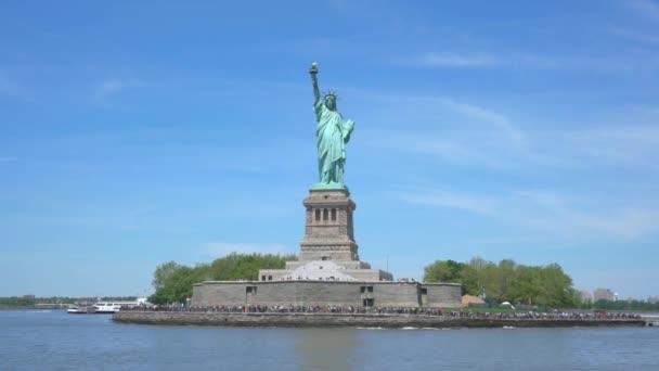 Pohybující se záběr Socha svobody v New Yorku