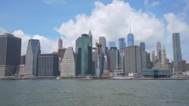 New York, Amerikai Egyesült Államok - május 20, panorámafelvétel szemcsésedik-Brooklyn-híd és a Manhattan látképének 2018:4 k