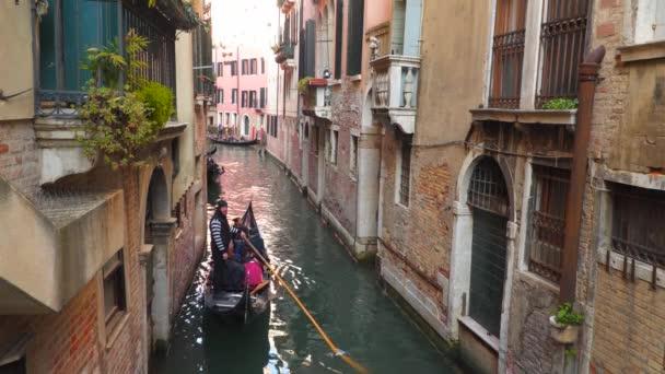 Venice, Olaszország - 2018. március 23.: Gondolák úszik át a keskeny csatornák a Velence