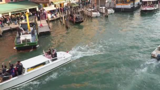 Benátky, Itálie – 23. března 2018: Velký kanál v Benátkách od horní části mostu Rialto