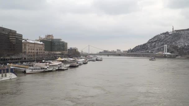 Budapest, Magyarország - március 18-án, 2018: Duna Budapest. A budapesti Duna-part