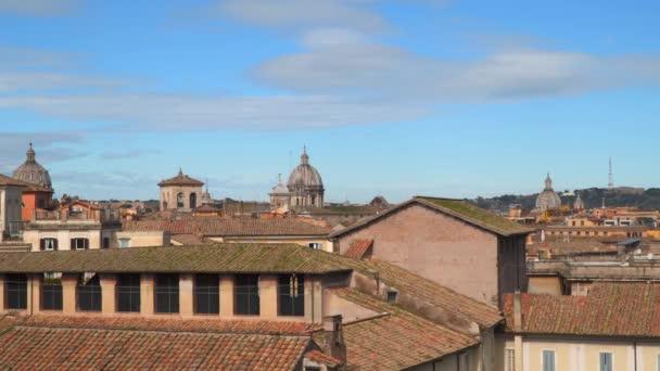 Taškových střech a kupolí chrámů v Římě