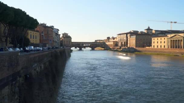 Most Ponte Vecchio ve Florencii při západu slunce