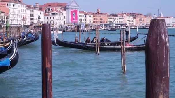 Benátky, Itálie – 23. března 2018: Turistů v gondole. Nábřeží nedaleko náměstí svatého Marka