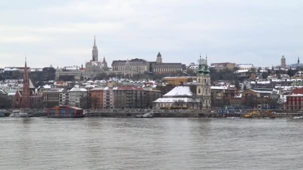 Budapesti dunapartra. A Fishermans Bastion található egy dombon - egy építészeti szerkezet Budán, a magyar főváros nevezetessége a vár-hegy.