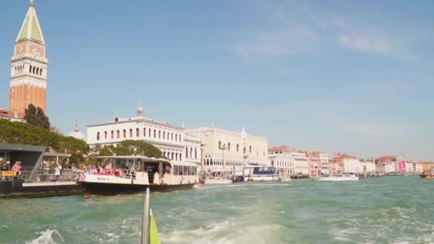 Benátky, Itálie – 23. března 2018: Pier poblíž náměstí San Marco v Benátkách. Zpomalený pohyb 120 snímků za sekundu