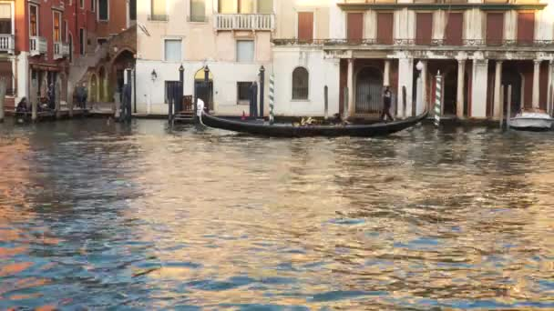 Benátky, Itálie-23. březen 2018: Grand Canal v Benátkách při západu slunce. Gondola plující na kanálu