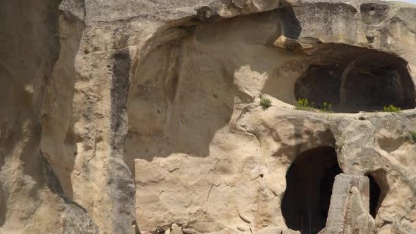 Vchod do starobylého jeskynního bydlení ve středověkém městě Uplistsikit, východní Georgie, Kavkaz