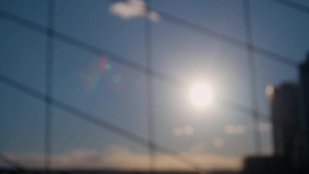 Silueta lidí před západem slunce procházející přes Brooklynský most