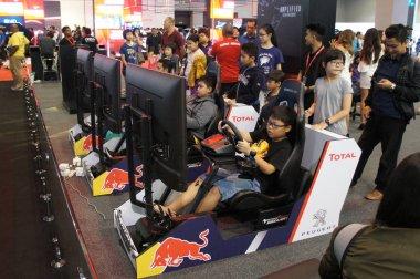 Kuala Lumpur, Malezya-23 Kasım 2017: race araba simülasyon oyunu ile oynayanlar. Büyük ekran monitör tam bir gerçek yarış araba gibi KOKPİT denetimleriyle ile görüntülenen.