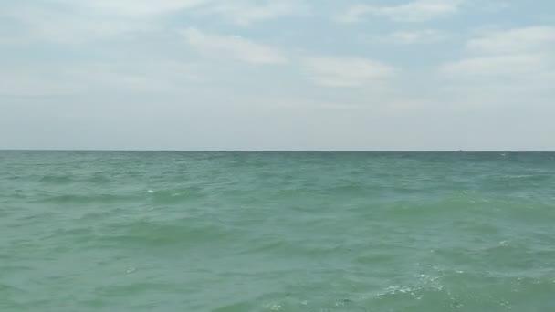 Vlny na moři v podzimní sezóně