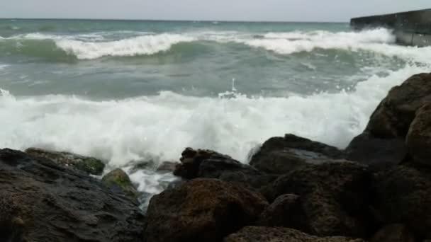 Hullámok a tengerparton, őszi szezon