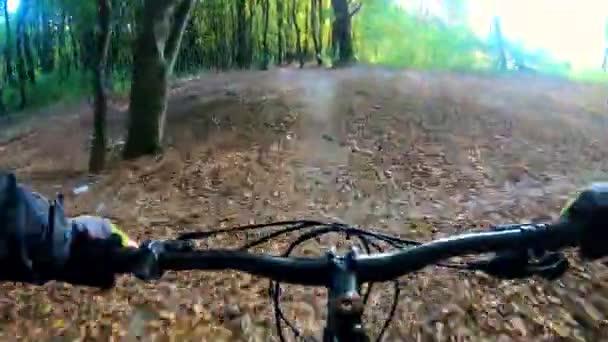 Amatér na kole v podzimním parku