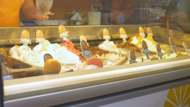 Person kauft süßes Eis aus dem Kühlschrank.