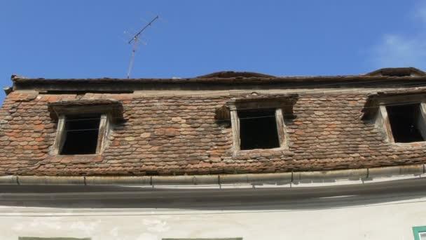 Blick auf zerbrochene Fenster auf dem Dachboden des alten Hauses.