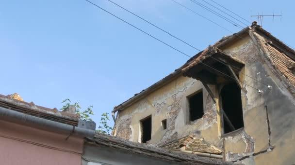 Blick auf ein zerstörtes altes Haus Dachboden.