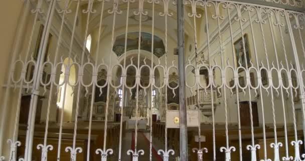 verschlossene Tür am Eingang einer alten katholischen Kirche.
