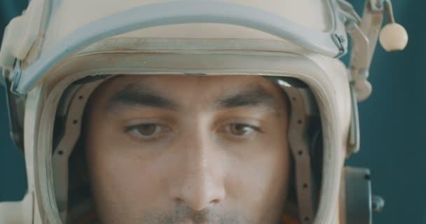 Porträt eines Astronauten, der zum Betrachter blickt.