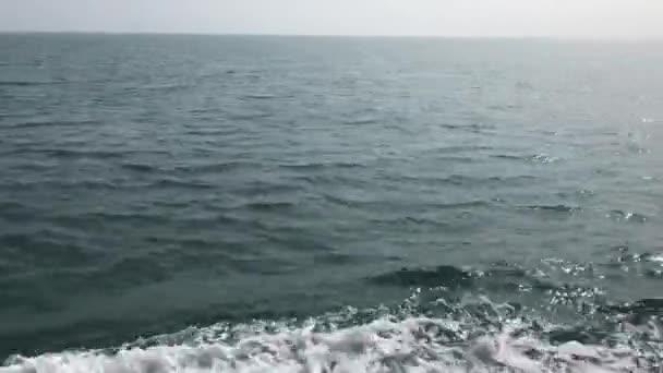 Klidný výhled na oceán nebo moře z lodi pohybující se s hladkými vlnami
