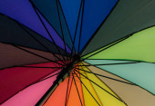 Duhové barvy na deštníku. Byla použita během festivalu pýchy.