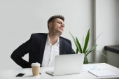 Podnikatel dotýká bolavých zad zpět pocit po sedentar