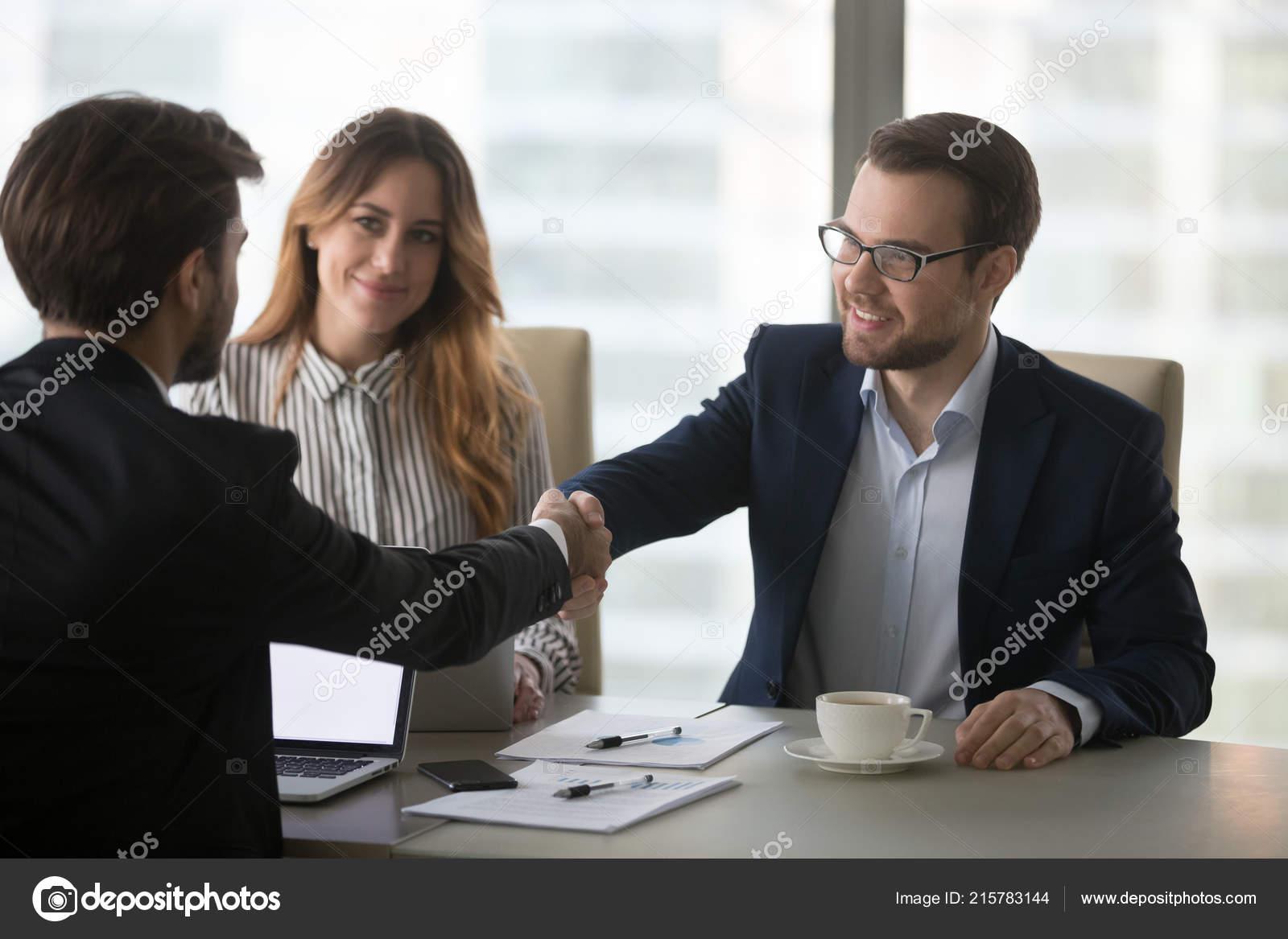 99ec153914d Бизнес партнеры рукопожатия приветствие на встрече в офисе ...