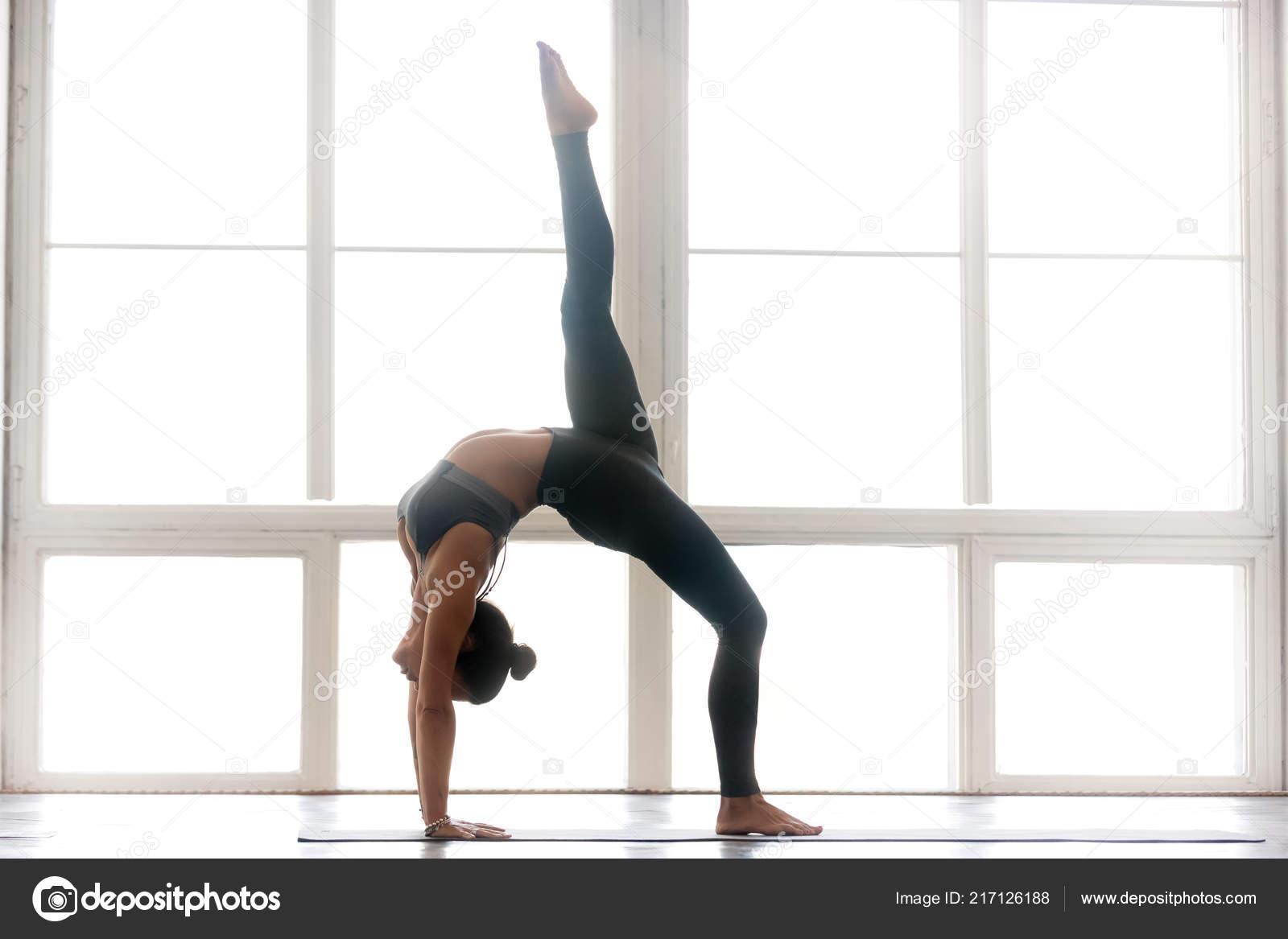 Jeune femme séduisante sportive pratiquant l yoga 12aea4cb7bc