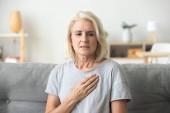 Naštvaný zdůraznil zralé starší ženy pocit zármutku dotýká che
