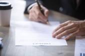 Férfi öltöny aláírja a szerződést üzleti partner, foglalkoztatási con
