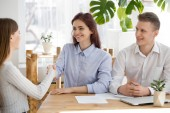 Photo Smiling recruiter handshake female applicant at interview