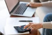 Geschäftsfrau mit Taschenrechner und Laptop für Budget-Kosten-Management, Nahaufnahme