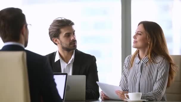 Podnikatelka metoda handshaking nový mužský partner takže dohoda ukončení jednání skupiny