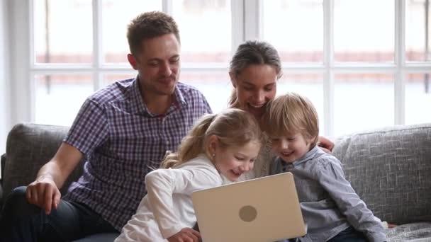 Šťastná rodina s dětmi užívám si spolu s notebookem