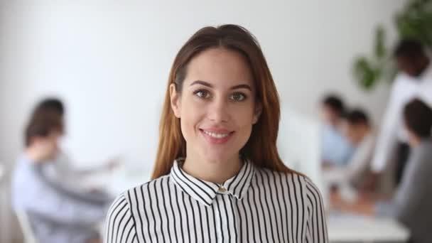 Video portrét šťastné ženské obchodní lídra v kanceláři