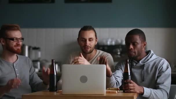Millennial Jungs Freunde Freunde Fans beobachten Online-Spiel auf Laptop
