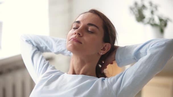 Uvolněná mladá žena s šťastnou tváří dýchání z čerstvého vzduchu