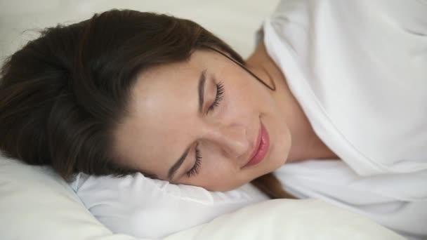 Nahaufnahme schöne Frau schlafen auf weißen Bettwäsche
