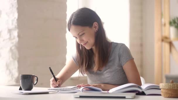 Tini lány diák tanul hogy megjegyzi, jegyzetfüzet csinálás kutatás