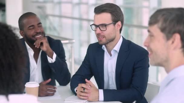 Spokojený Kavkazský vyjednavač, podejte ruku africkému americkému klientovi