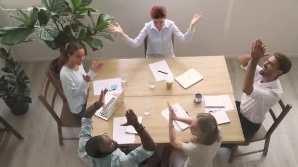 Vzrušený rozmanitý obchodní tým lidé tleskají a oslavují úspěch