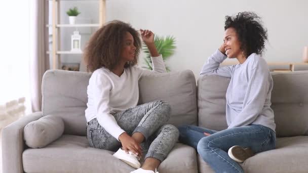 glücklich beste Freunde afrikanische Mutter und Tochter sprechen zu Hause
