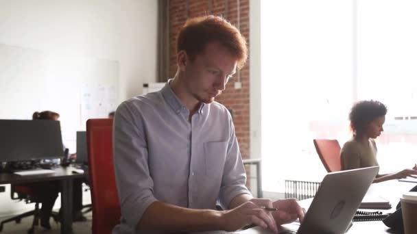 Mladý muž zaměstnanec dokončit počítačovou práci pocit spokojenosti s výsledkem