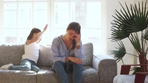 Stanco sconvolto madre single stressato su attiva bambino cattivo figlia