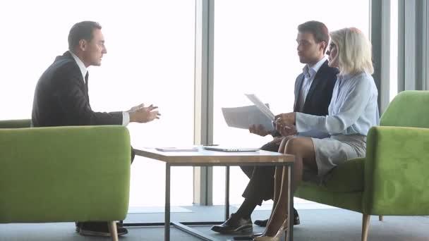 Rozzlobené stresovaní obchodní lidé si stěžují na špatnou smlouvu na schůzce