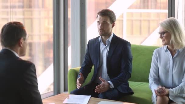 Vedoucí společnosti, který dělá obchodní smlouvu s metoda handshaking klienta