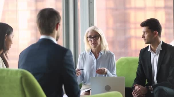 Stará obchodní žena hovoří s různými partnery při mezinárodních obchodních jednáních.