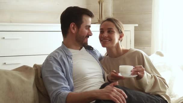 Šťastný pár zahrnující mluvení popíjení kávy čaj na pohovce