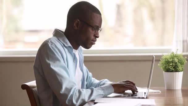 Fáradt-ból számítógép afrikai ember fog távoli szemüveg megtapint terhelését