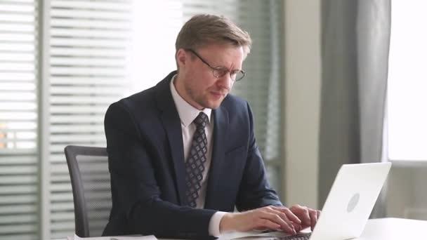 Hangsúlyozta, túlhajszolt üzletember vesz le szemüveg fáradt számítógép