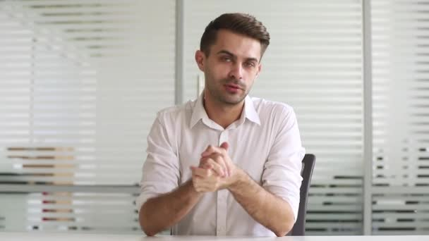 Zuversichtlicher Geschäftsmann-Coach im Gespräch mit Blick auf Kamera-Aufnahme-Video-Training